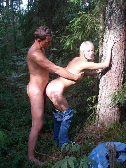 Возрастная светлая порноактриса жаждет ебаться с самцом на открытом воздухе