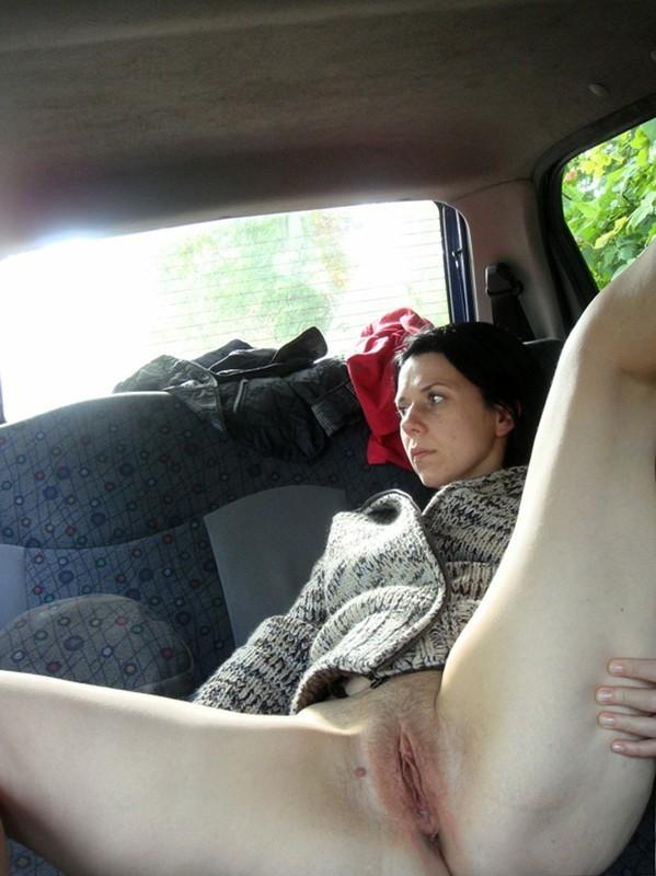 Брюнетистая милфа оголяет пилотку сидя в машине