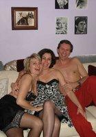 Муж занимается сексом втроем с женой и ее подругой 1 фотография