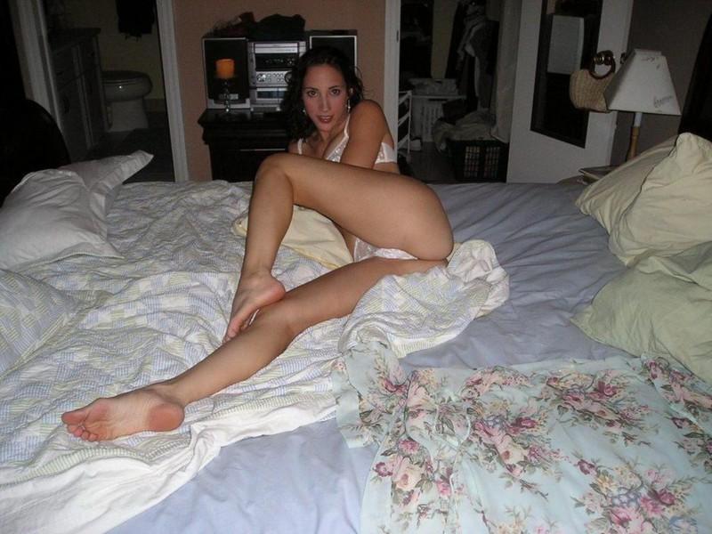 Леди оголила розовую письку в спальне