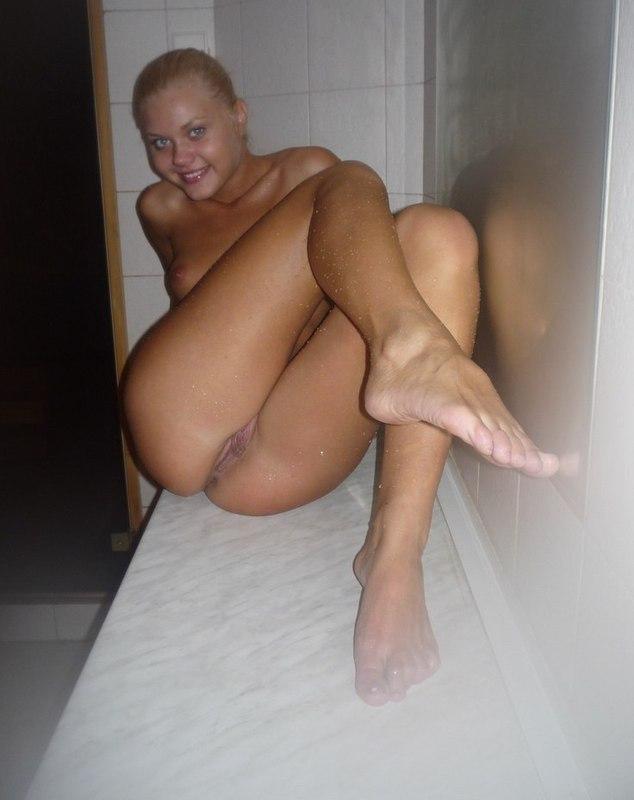 Похотливая светлая порноактриса хочет выставить на всеобщее осмотренье промежность в кровати