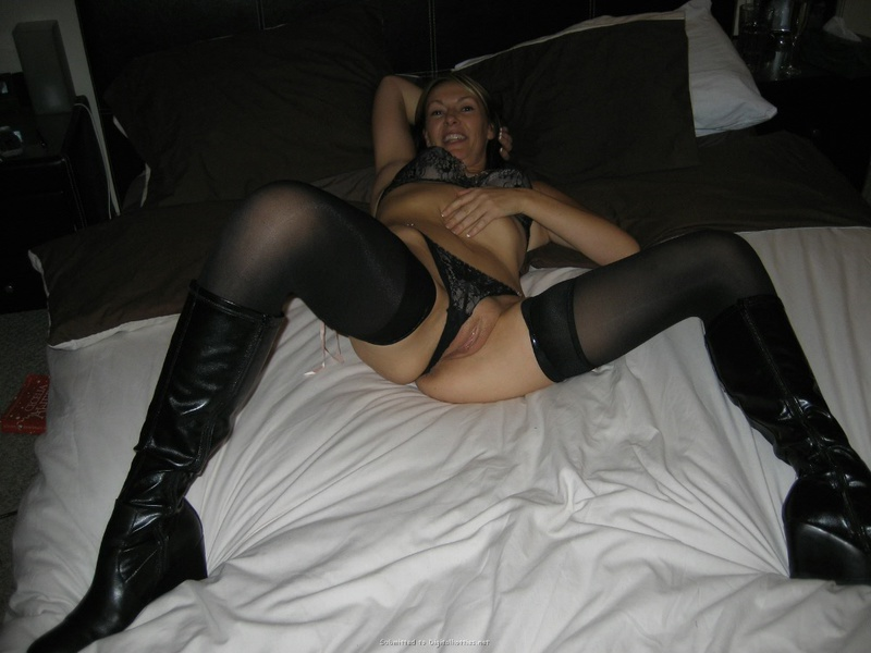 Деваха в белье готова к сексу в койке