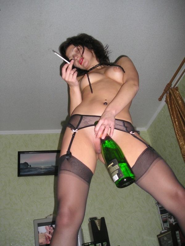 Пьяная телка подползла к парню на четвереньках чтобы отсосать