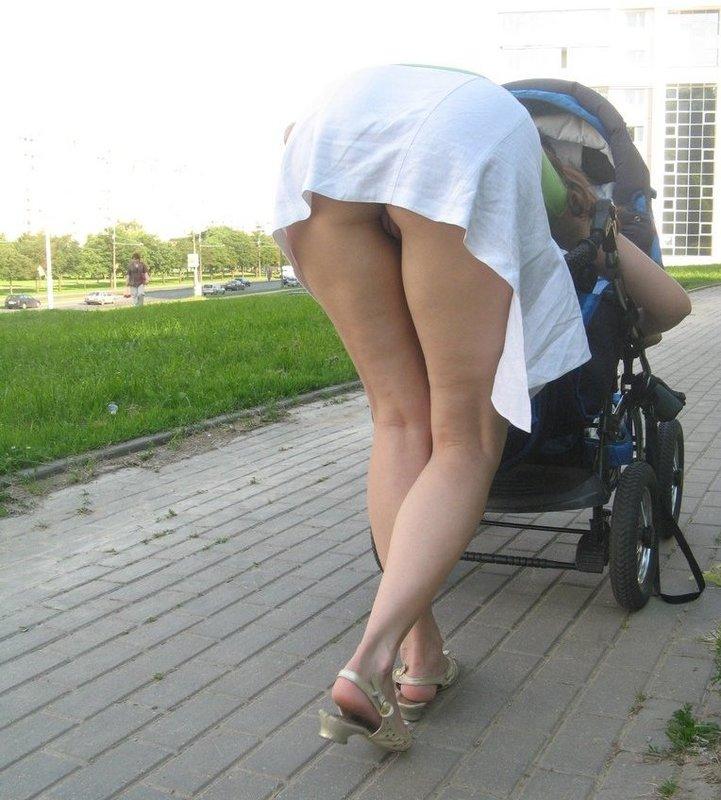 Молодая Мария не надевает трусы под юбку гуляя на улице
