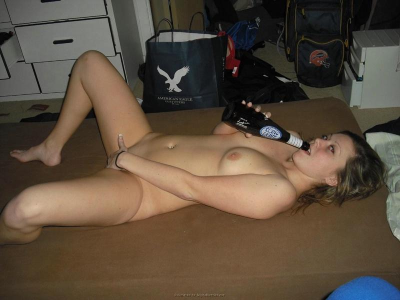 Лежа на полу соска показывает побритую киску