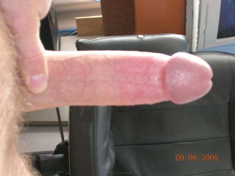 Барышня облизывает мошонку расслабленного джентльмена секс фото