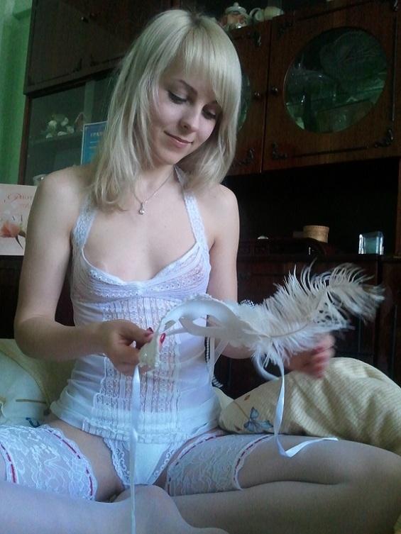 Шикарная светловолосая телка надела белоснежное белье и показал а себя в нем секс фото