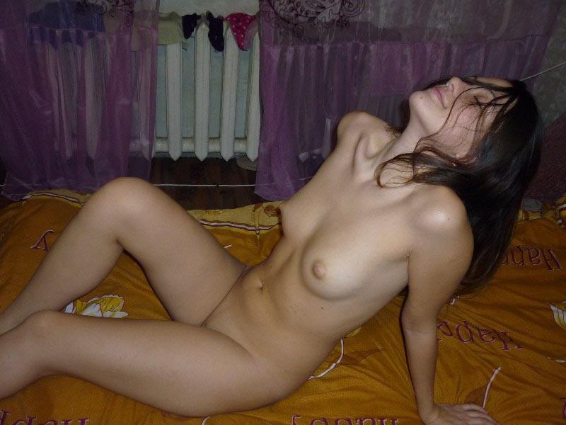 Совершеннолетняя фея позирует в лежанке в светлом белье смотреть эротику