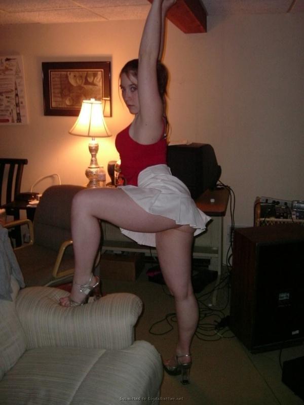 Студенточка делает гортанный минет в комнате у одногруппника