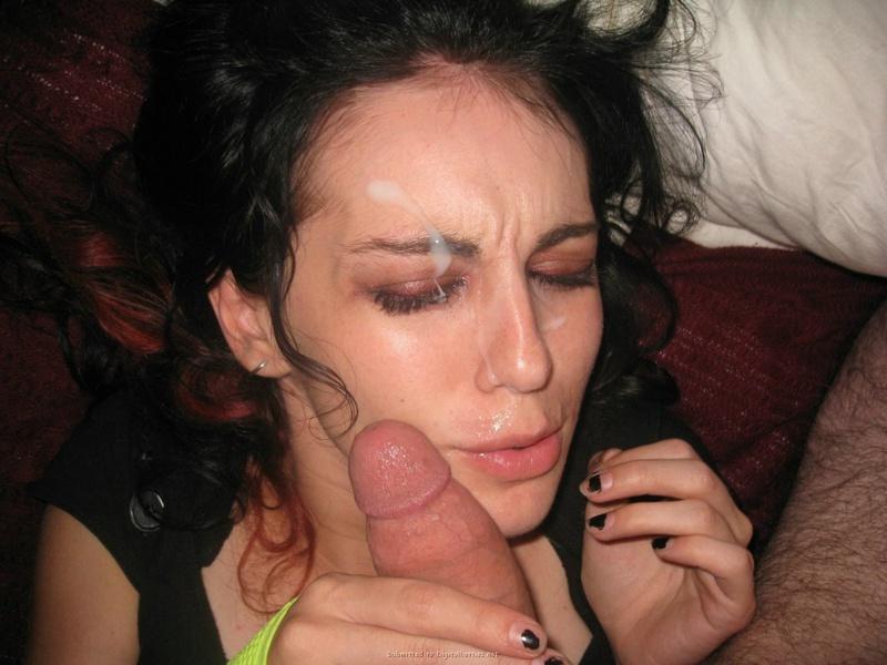 Парень обкончал лицо брюнетки после орального секса