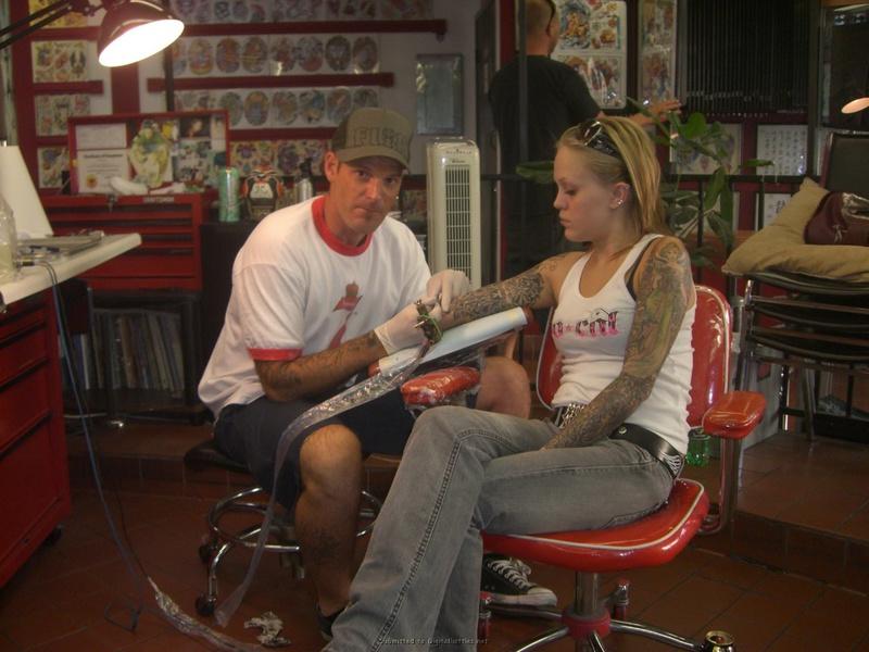 Татуированные лесбиянки ласкаются в квартире