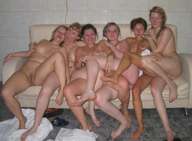 Группа лесбияночек собралась для групповушки в парилке