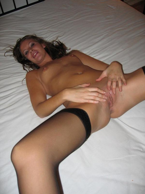 Бикса раздвинула рогатку на двуспальной кровати