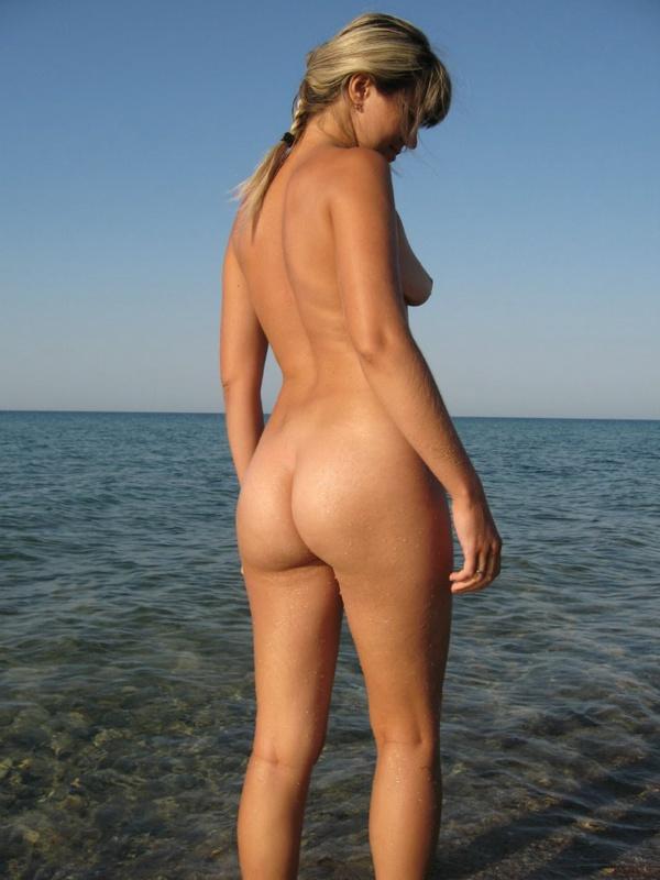 Задорная тёлка плескается на нудистском песке