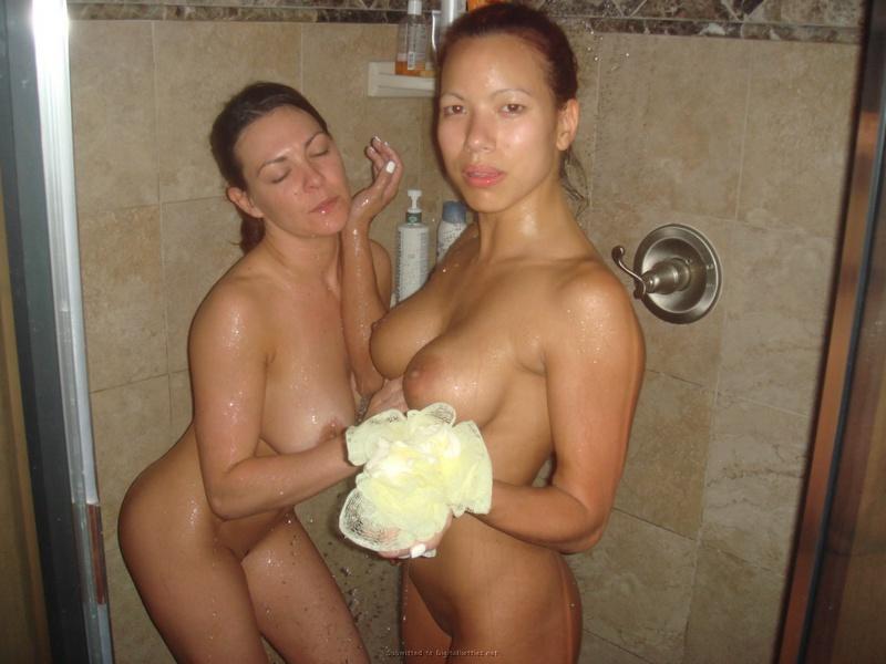 На удобной кровати резвится пара голых лесбиянок