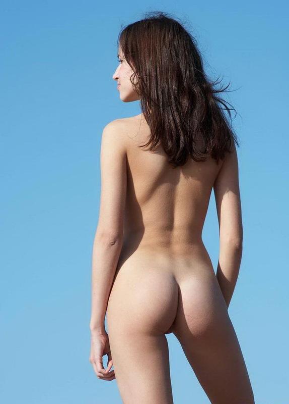 Алена на песке показывает прелести в голом виде