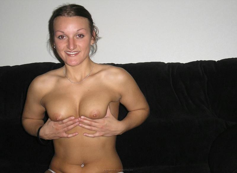 Удовлетворительница в нижнем белье фотографируется в комнате смотреть эротику