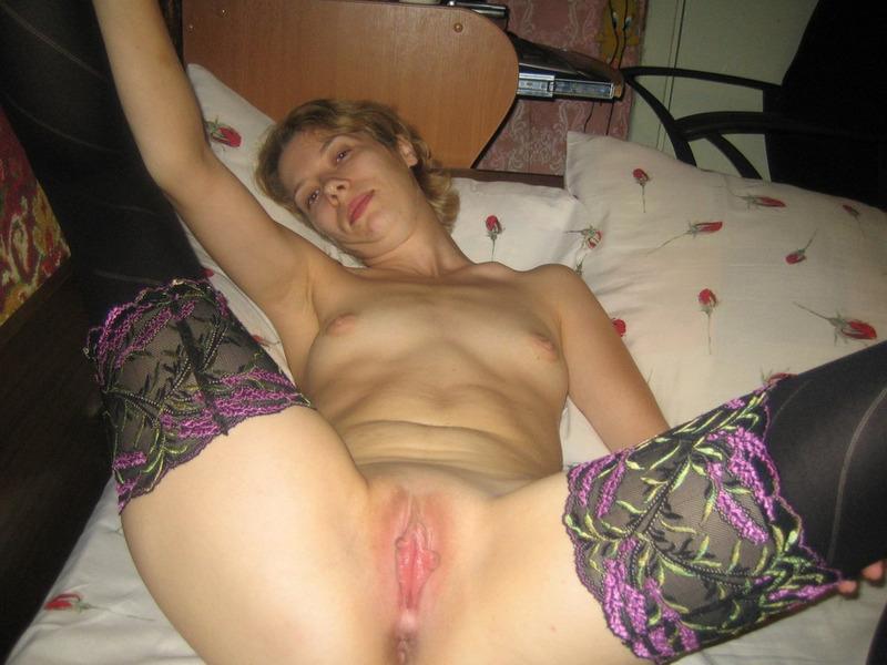 Катюша блистает розовой пиздой раздвигая ножки