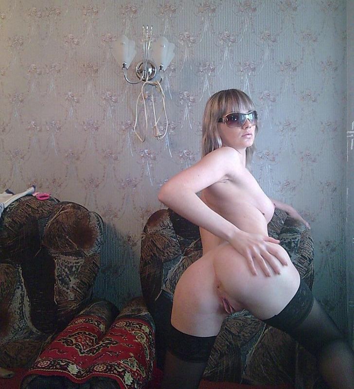 Таня от скуки начала похвастать задницей в квартире