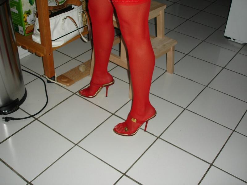 Красивая мамка возится на кухне в сексуальном белье