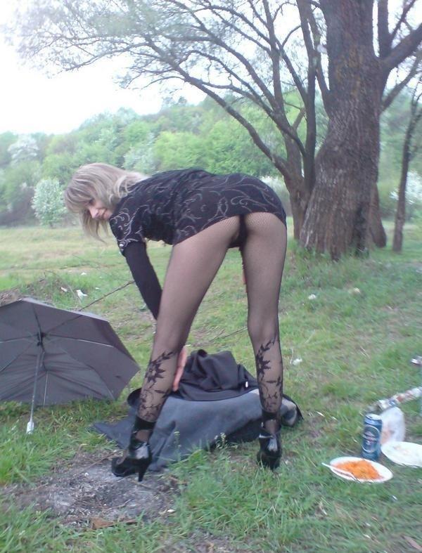 На природе сучка раздвинула ноги в колготках
