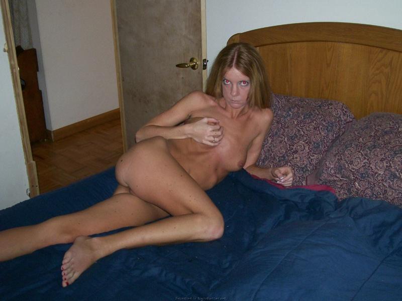 Лена мастурбирует киску дилдо на кровати