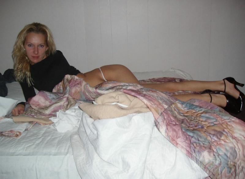 Худая мамка обнажилась в гостиничном номере