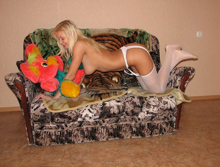 На диванчике без белья телка блистает жопой