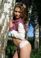 Наталья в кружевных трусиках стоит среди деревьев 2 фотография