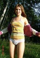 Наталья в кружевных трусиках стоит среди деревьев 9 фотография