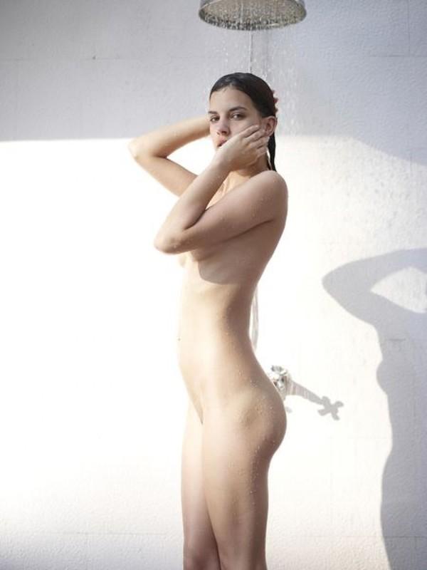 Кэндис моется под душем на улице