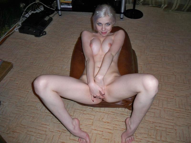 Модель со свелыми волосами на полу обнажает розовую писю секс фото