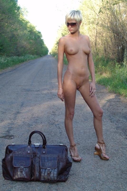 Голая блондинка ездит автостопом