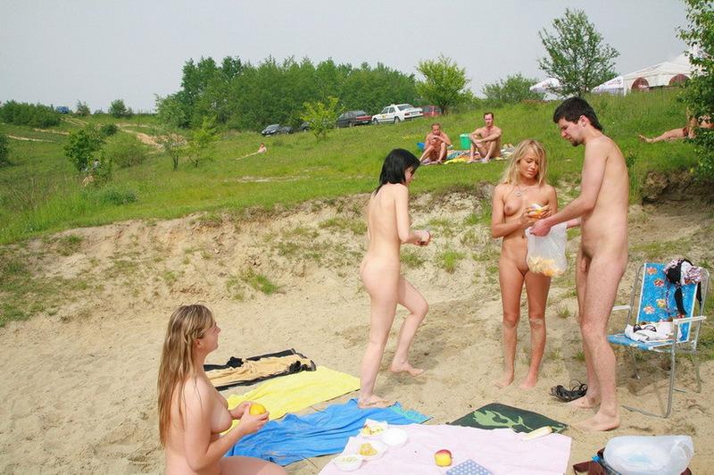 Картинки девушки на нудистском песке