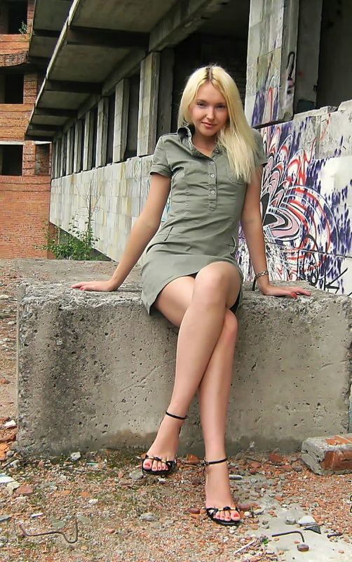 Сексуальная блондиночка голая на стройке