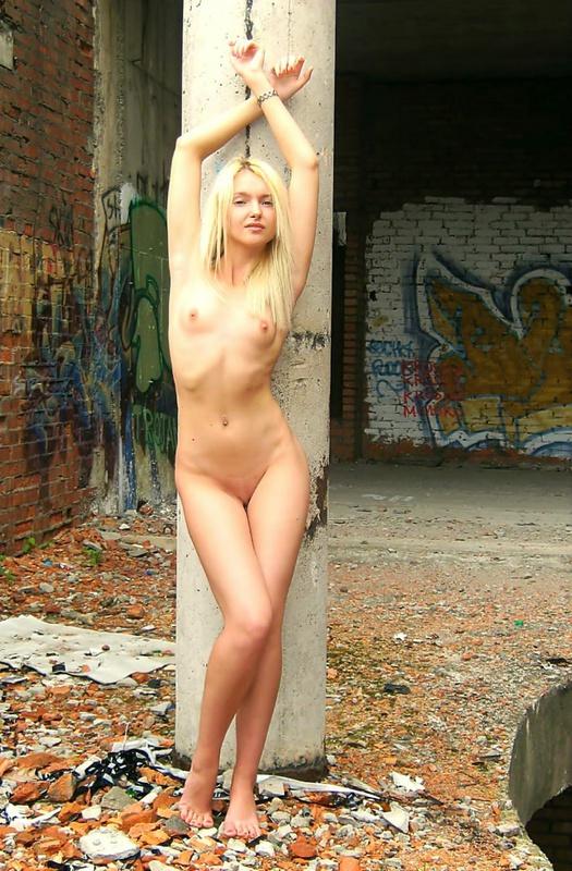 Сексуальная модель со свелыми волосами раздетая на стройке