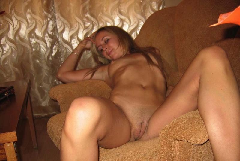 Выпившая блондиночка сняла трусы на кресле секс фото