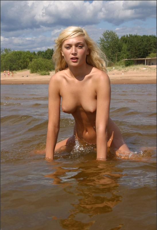 Соблазнительная девка побывала без нижнего белья на водоеме