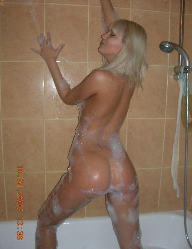 Голая девушка со светлыми волосами в ванной