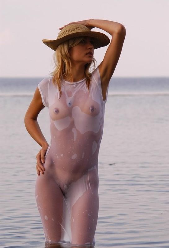 В прозрачном платье и без него
