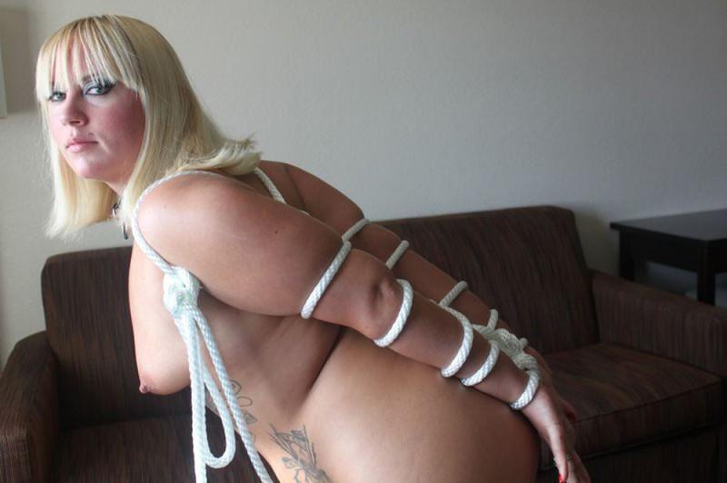 Полная блондиночка хочет связывать себя веревкой