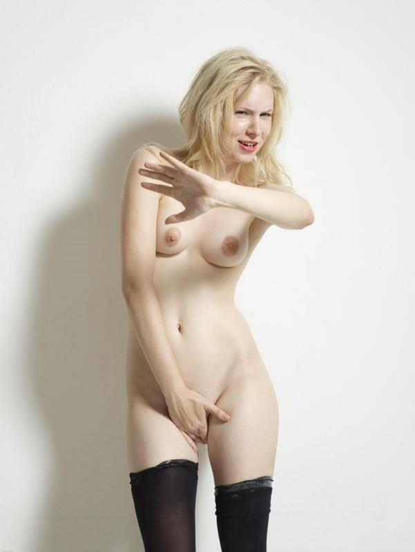 Костлявая светловолосая телка на эротической фото сессии