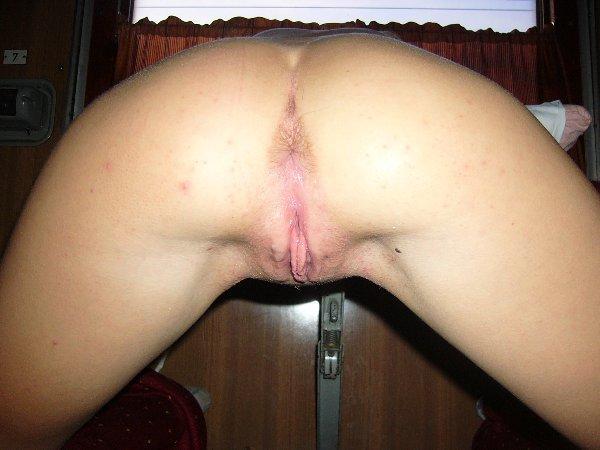 Блонда трахает киску вибратором во время анального секса