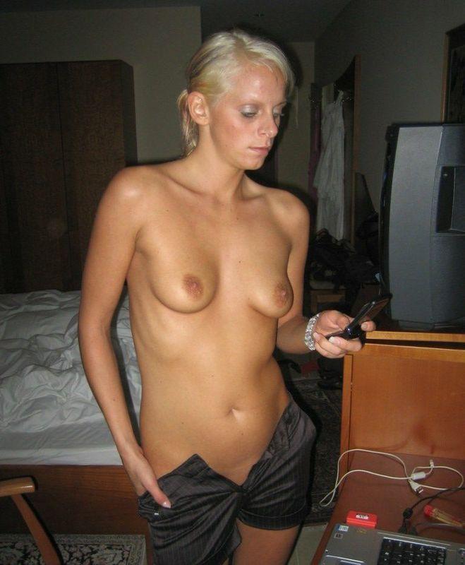Развратная блонди засунула самотык в анус и скоро войдет в киску