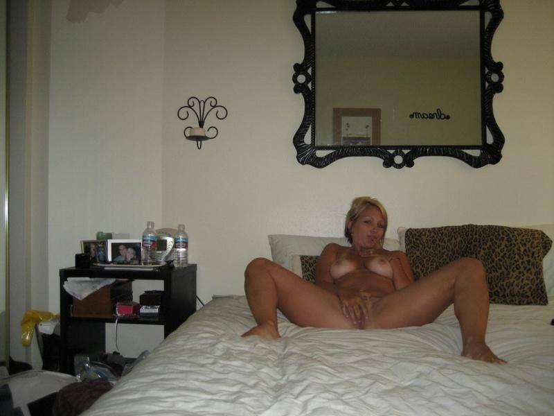 Няшка Анюта играется с розовой игрушкой в кроватке
