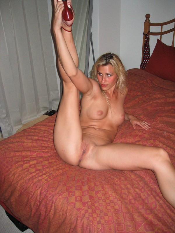 Классная блондиночка молила привязать себя к кровати