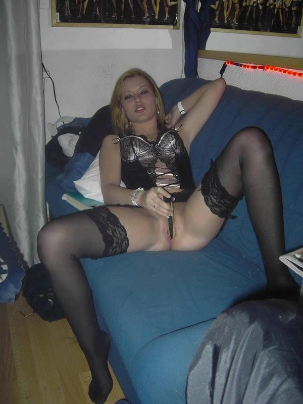 Лена теребит вульву золотым фаллоимитатором у себя дома