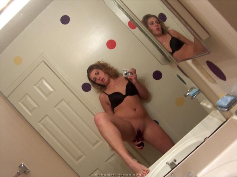 Бикса мастурбирует вибратором перед зеркалом