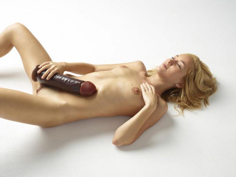 Памела трахает себя гигантским дилдо лежа на полу