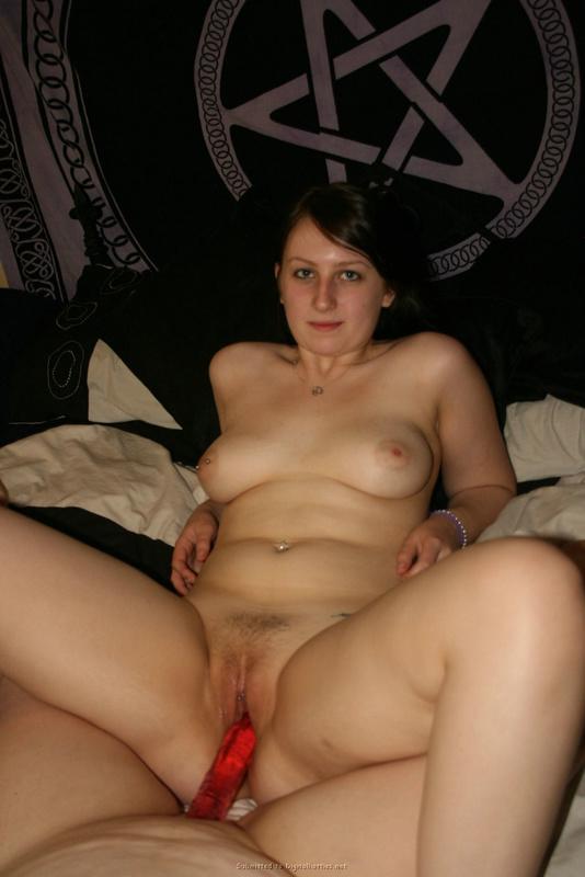Крупные лесбиянки сношаются с помощью красной секс игрушки